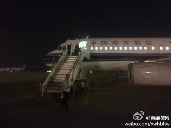 新文化网网友黄先生爆料,28日串休从长春到北京参加死党婚礼,为不耽误工作乘飞机CZ6180航班回长春。飞机原定于28日晚23点05分在首都国际机场登机。但当黄先生到达机场时被告知航班将晚半小时起飞。23点35分黄先生及乘坐此次航班的乘客终于登机,飞机于29日0点起飞,预计将于29日1时19分左右到达长春龙嘉机场。1时07分就在黄先生以为马上就要到长春的时候,空姐在机舱内通知乘客,受台风布拉万的影响,长春现在普降暴雨,龙嘉机场现在不具备降落条件,因此航班将选择在青岛降落,而各位旅客的食宿费用将由中国南