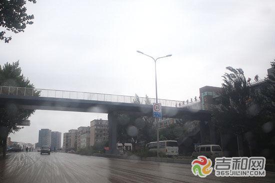 天桥已投入使用,市民别再横穿马路了