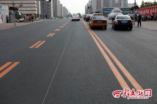 交警设置两种不同的隔离线 记者 孙晶磊 摄