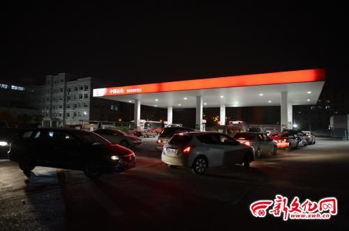 10日20时,在长春市威海路与金川街交会处一加油站,加油车辆排起长龙 记者 季啸山 摄