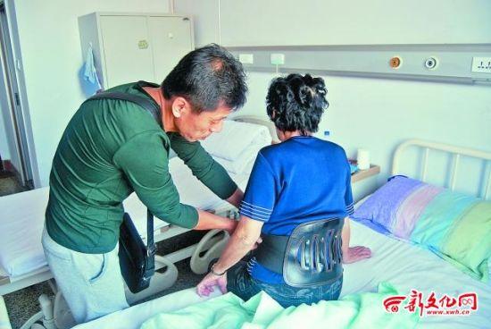 陈女士的儿子金先生正在医院照顾她 记者 张骁 摄