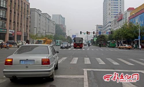 西安大路与建设街交会处交警部门设置了禁止左转标志 记者 白石 摄