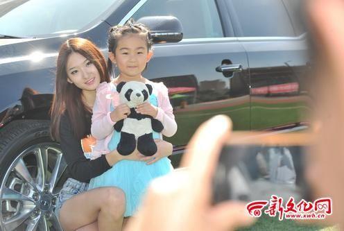 小朋友与车模姐姐合影 记者 吴廷 摄