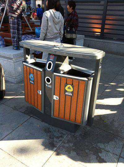 站前广场新安装垃圾箱