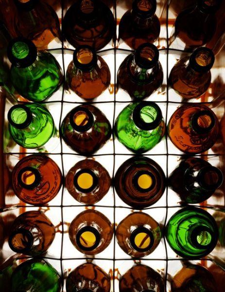 请问一瓶啤酒,不动桌子不动瓶子怎么才能把酒倒出来?图片