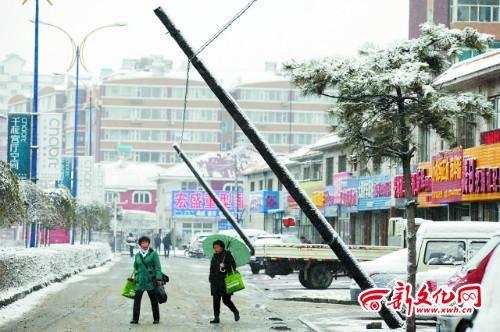 电线杆严重倾斜,对过往行人形成安全隐患 记者 孙晶磊 摄