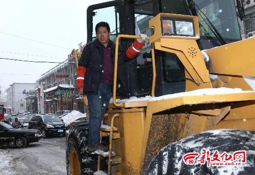 南关区环卫清运车驾驶员刘景辉带病坚持工作 记者 车英 摄
