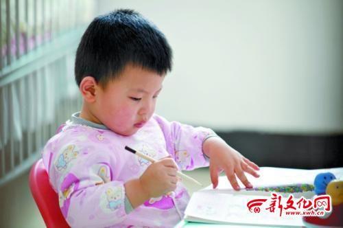 小男孩正在安静地画画