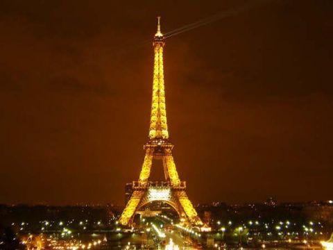 埃菲尔铁塔上有欧盟的12颗黄色星星标志