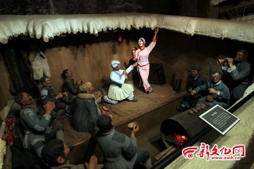 吉林省东北二人转博物馆复原了当年二人转演员在伐木工人的木帮房里演出的场景 记者 赵滨 摄