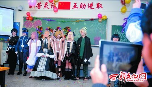 社团成员扮演成各种各样的动漫人物,同学们拍照留念 记者 刘阳 摄