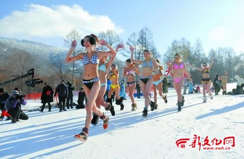 尽管现场天寒地冻,但姑娘们脸上仍洋溢着笑容
