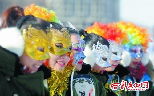 一群佳丽戴着面具,等待出场 本组图片 记者 王强 摄