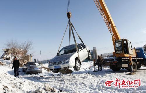 受伤轿车被吊车吊起 此处事故多发 记者 白桄 摄