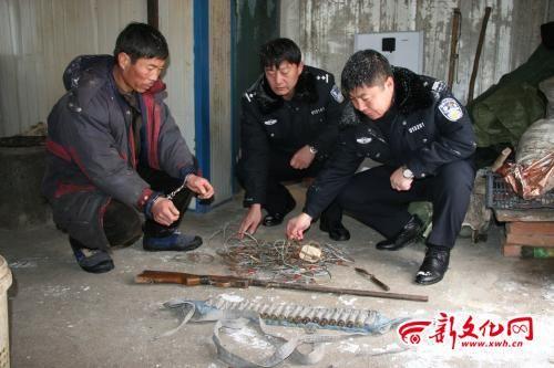 民警在胡某屋内衣柜下面找出的猎枪等物