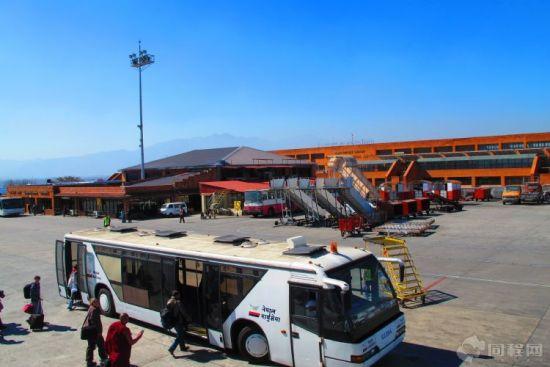 加德满都机场的简陋还是让人有些意外,不仅没有廊桥,而且飞机停的地方