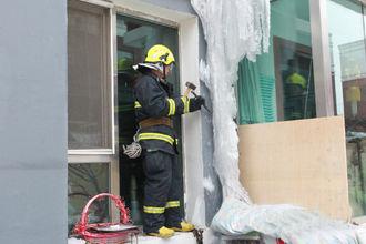 楼体现一巨粗冰柱