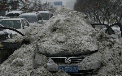 铲雪搞定自燃轿车