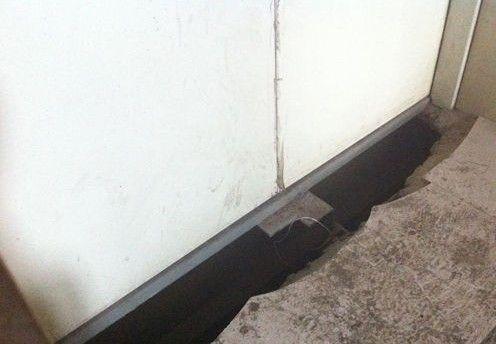 电梯门口有裂缝