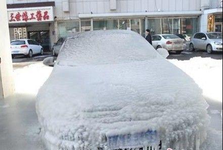 长春一辆轿车被冰覆盖