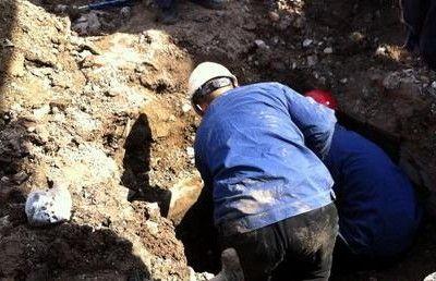 天然气泄漏现场,工人正在抓紧抢修被挖漏的天然气管道 记者 季啸山 摄