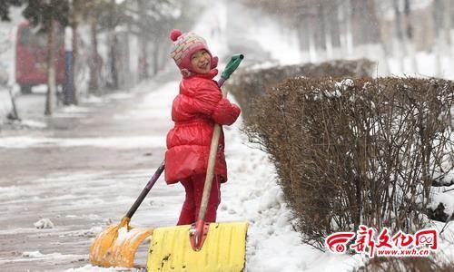 帮爸爸扫雪是件快乐的事 记者 白石 摄