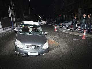 轿车被卡大坑坑口