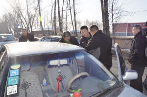 执法人员对非法营运车辆进行检查