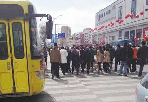 市民过马路应该遵守交通规则