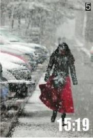 5红裙映雪翩跹影本报记者蒋盛松拍摄于人民大街