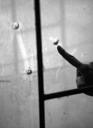 被破坏的窗玻璃记者赵毅亮摄
