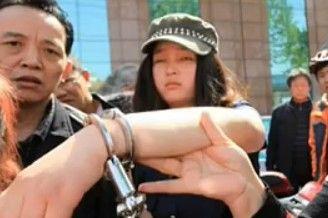女生帮老人遭警察铐手殴打