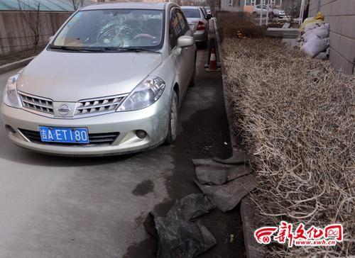 路边这两张油毡纸把汽车风挡玻璃砸裂了 记者 季啸山 摄