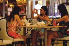 4月12日,女生身着泳装,结伴前来享用免费晚餐。图/记者邵骁歆
