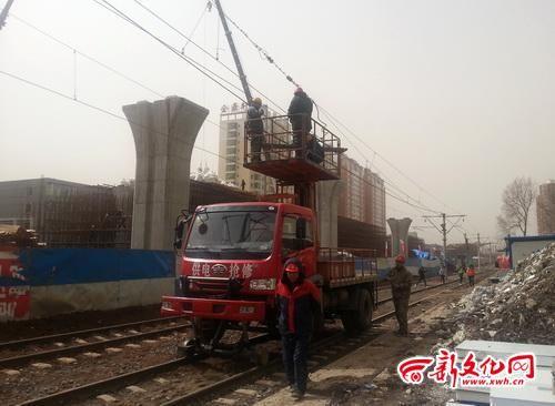 工作人员在对有轨电路进行断电 记者 黄云龙 摄