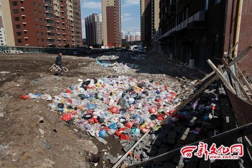 小区的空地上堆放着很多垃圾 记者 张英男 摄