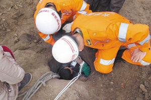 消防战士挖井救人
