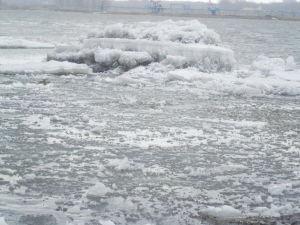 江面现跑冰排