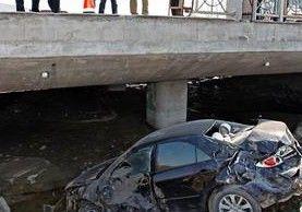 轿车冲入桥下