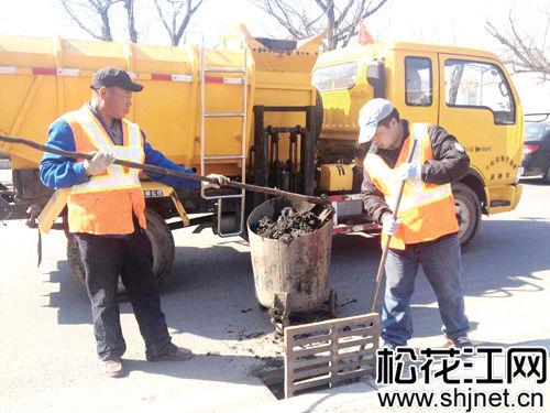 工作人员清淘雨水井