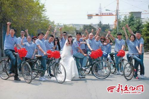 长春弘阳街上,好友们见证着两位新人的爱情 记者 刘阳 摄