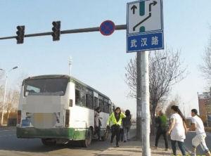 公交车违规停车