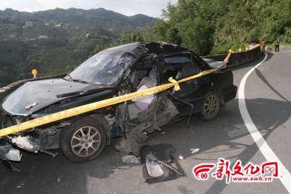 巨石砸中一过路轿车,驾驶员重伤