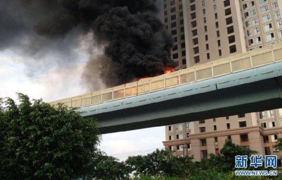 这是6月7日拍摄的厦门高架快速公交起火现场(手机拍摄)。