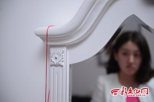 小李在网上购买的梳妆台已经裂了 本报记者 刘阳 摄