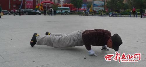 刘绍明用6根手指做俯卧撑