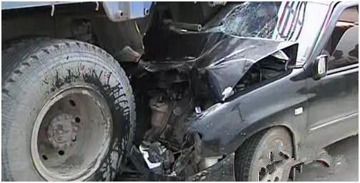 轿车损毁严重