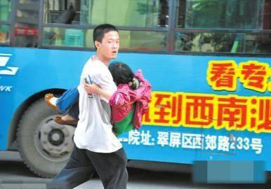 6月7日,黄子恒火速将肚子疼的小苗送上车。(资料图片)