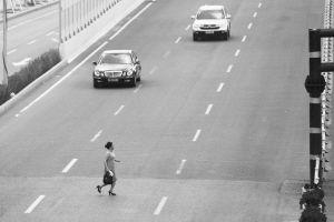 一位市民正在横穿马路