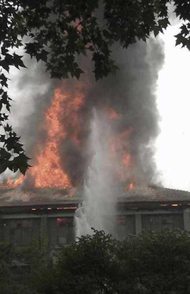 西安交通大学中一楼着火,浓烟滚滚。